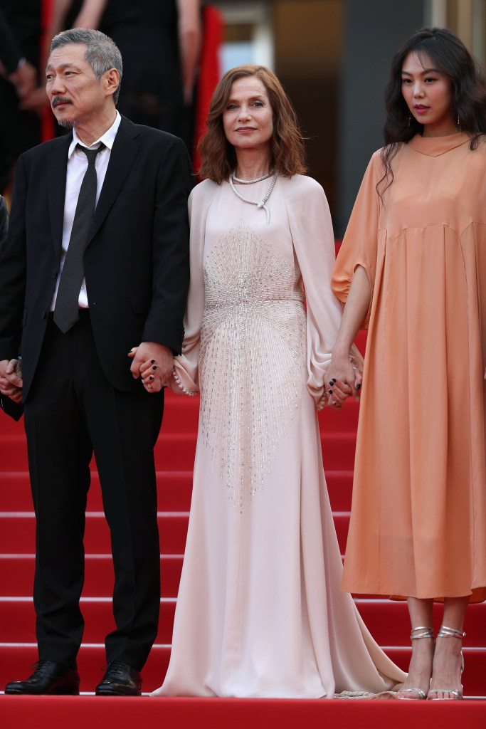 CANNES – ISABELLE HUPPERT SUBLIME EN BULGARI A LA PROJECTION DE CLAIRE'S CAMERA