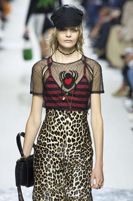 Niki de Saint Phalle avec un look Saint Laurent By Slimane