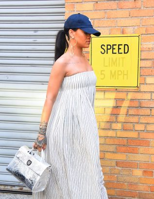 NEW YORK, NY - MAY 27: Rihanna seen out on May 27, 2016 in New York City. (Photo by Robert Kamau/GC Images)
