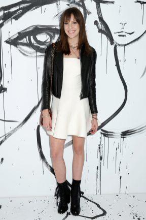 Eleanor Lambert portait une robe en laine et crêpe de soie blanches Dior. Elle portait également un collier Dior et un sac Dior.