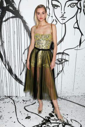 Maartje Verhoef portait un combishort en tulle et mosaïque miroir jaune Dior avec une jupe en tulle jaune et noir à pois noirs Dior. Elle portait également des souliers Dior « Baby-D » et un sac Dior.