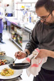 Chef Nicola Pisu - en cuisine (2)