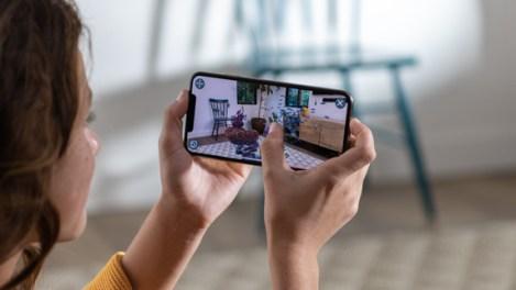 Apple-iPhone-Xs-hands_screen-09122018_inline.jpg.large