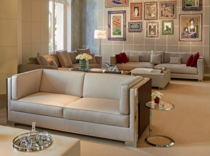 BACCARAT LA MAISON scenography sofa Opale en 1er plan et Ruban en 2nd plan