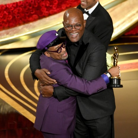 HOLLYWOOD, CALIFORNIA - FEBRUARY 24: (EDITORS NOTE: Retransmission with alternate crop.) (L-R) Spike Lee accepts the Adapted Screenplay award for 'BlacKkKlansman' from Samuel L. Jackson onstage during the 91st Annual Academy Awards at Dolby Theatre on February 24, 2019 in Hollywood, California. (Photo by Kevin Winter/Getty Images)