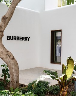 Burberry Opens Pop Up Store In Nammos Village_002