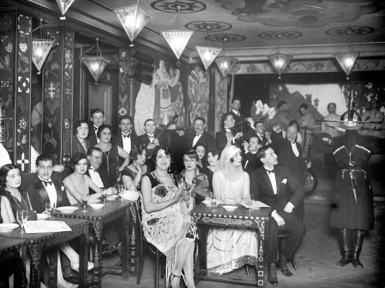 Cabaret russe avec danseur caucasien. Paris, vers 1925.