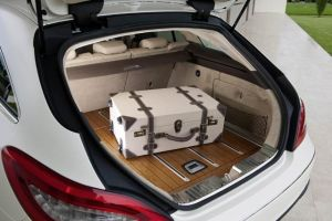 An extravagant and unique feature for the automotive industry is the optional designo wooden luggage compartment floor