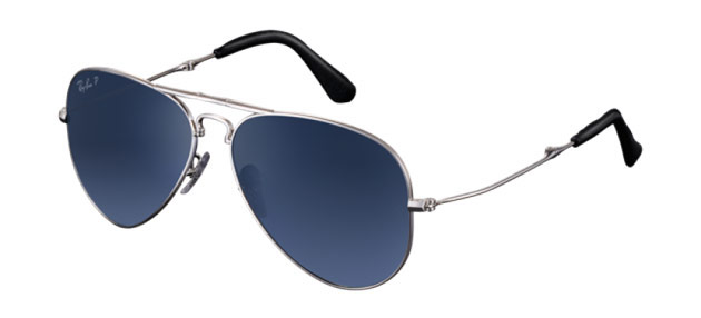 The Ray-Ban Aviator Folding Ultra is the newest edition to the Aviator family, an icon of style and design, having been worn by movie stars from Steve McQueen to George Clooney.