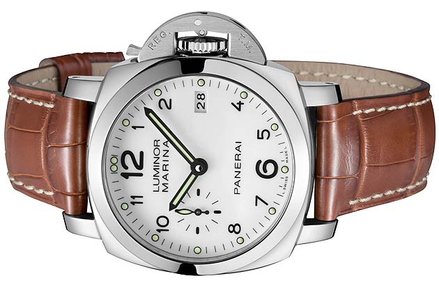 The pure white dial of the Luminor Marina 1950 3 Days Automatic model provides maximum clarity and legibility, with large black figures corresponding to the hour markers, the date window at 3 o'clock and the small seconds dial at 9 o'clock, a feature which has been characteristic of Panerai watches for over 70 years.