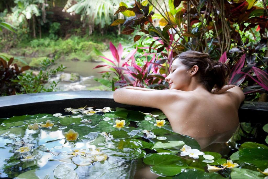 An open-air bathtub at the Fivelements Puri Ahimsa