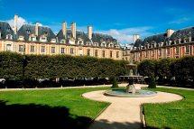 Living Queen Le Pavillon De La Reine In Paris