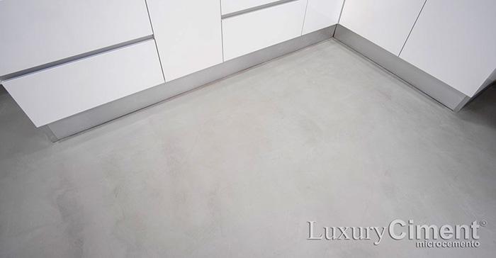 Suelo continuo en cocina con microcemento de fácil limpieza