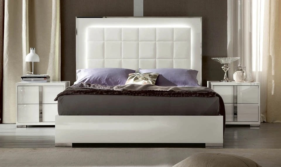 Bedroom Set In White Lacquer And Leather With Padding
