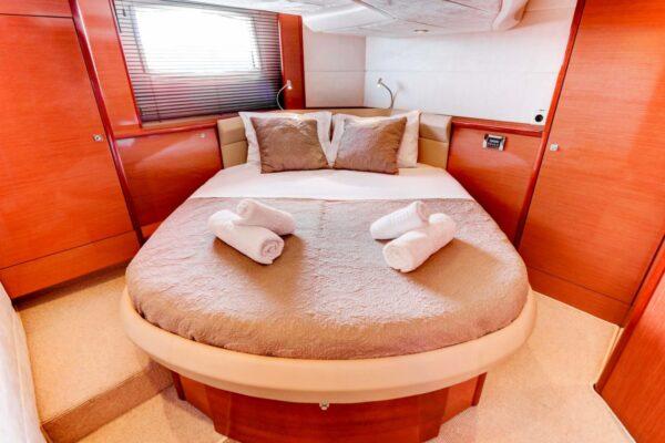 Lower-Pearl-Yacht-Cabin-2