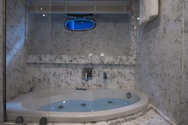 ensuite bathroom with Jacuzzi