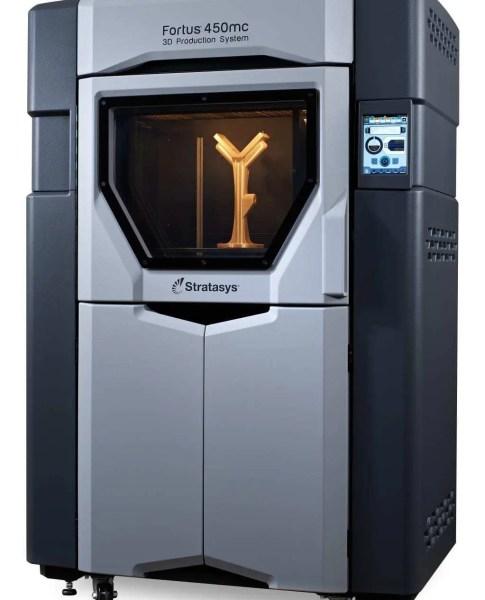 Modelo de impressora 3D da Stratsys com detalhes nas cores prata e preto. Modelo sendo impresso em 3D. Leia nosso texto agora!