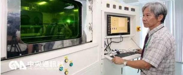 Engenheiro tailandês olhando para impressora 3D imprimindo míssil de combate. Continue lendo nosso post.