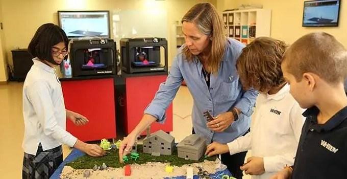 Professora mostrando projeto impresso em 3D em escola dos EUA. Confira como a impressão 3D pode revolucionar na educação.
