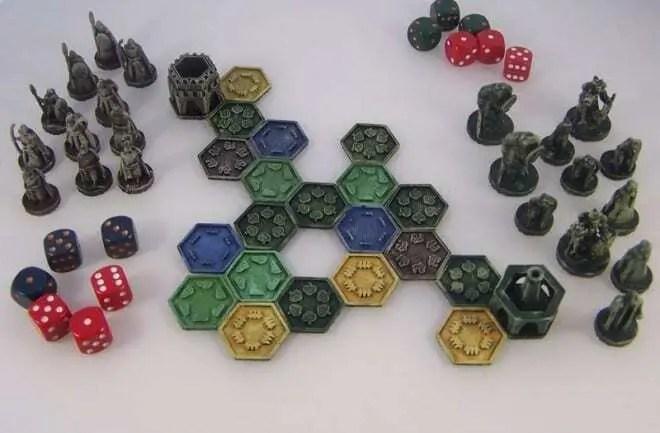 Modelo impresso em 3D de jogo de tabuleiro. Peças impressas em diferentes cores, com pinos e peças.