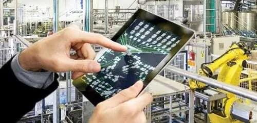 Monitoramento de maquinário através de dispositivo móvel. Mão de pessoa utilizando aplicativo para controlar máquinas.