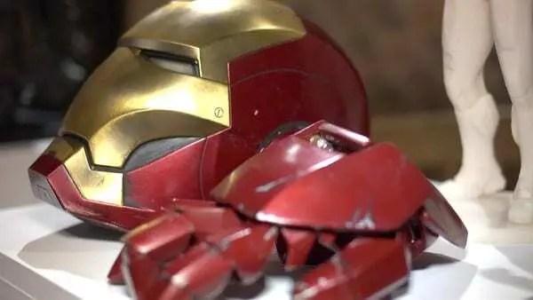 Capacete e partes da armadura do herói da Marvel, o Homem de Ferro, impressa por impressora 3D. Capacete com a parte da frente dourada e parte de traz vermelha. Luvas impressas na cor vermelha.