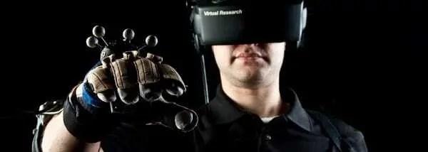 Homem usando óculos de realidade aumentada para ajudar no tratamento de fobias.