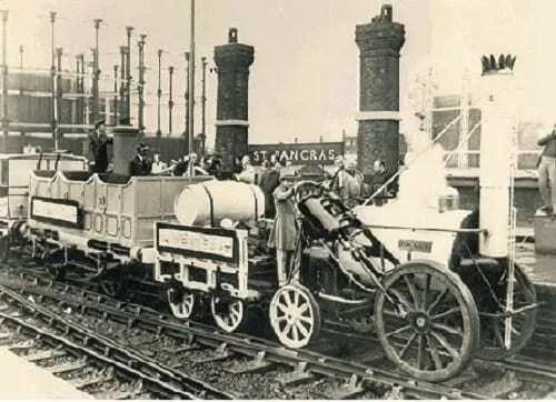 Máquina utilizada para transporte em cima de trilho de trem. Máquina funcionando através do carvão.