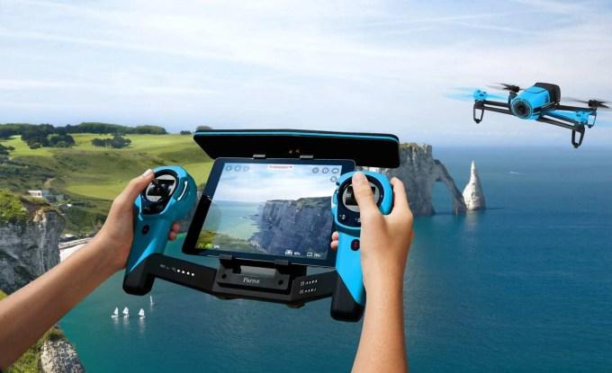 Mão humana pilotando drone através de controle remoto.