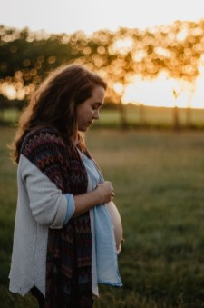 Séance photo maternité en pleine nature avec S.