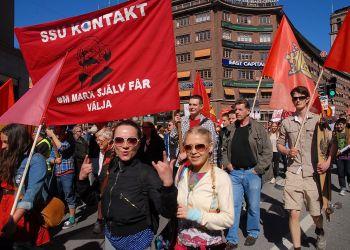 (S)-tåget på Kungsgatan i Stockholm på 1 maj 2012. Foto: Frankie Fouganthin/Erkännande-Dela Lika 3.0 Generisk