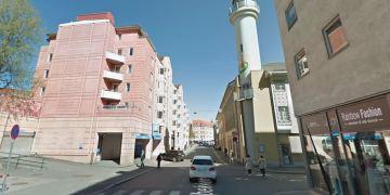 BILRANET: En irakisk mann truet til seg en bil med pistol i dag tidlig. Hendelsen fant sted på Tøyenbekken, rett ved Islamic Cultural Centre på Grønland. (Foto: Google Streetview).