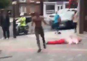En sort mann har akkurat slått en hvit mann bevisstløs på gaten i London i dag. Det rasistiske overfallet fant sted midt blant en mengde vitner og ble filmet. VIDEO I ARTIKKELEN. (Skjermbilde/Twitter).