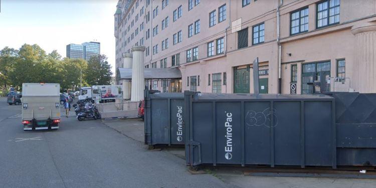 NTB BESØKSADRESSE PÅ LANGKAIA I OSLO. Det er uklart om kontorene deres er i søppelcontaineren eller inne i selve bygget. (Foto: Google Streetview).
