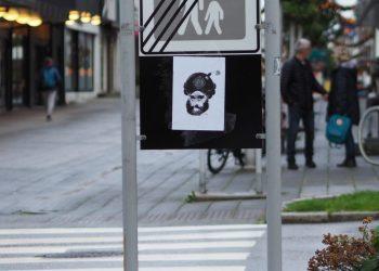 HAUGESUND: Flere plakater med karikaturen av den muslimske profeten er hengt opp i sentrum av Haugesund det siste døgnet. På lokale medier i Haugesund går debatten. (Foto: Privat)