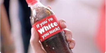 (Skjermbilde fra en satirisk versjon av Coca-Colas rasistiske kurs for sine ansatte / Video i artikkelen / Twitter).