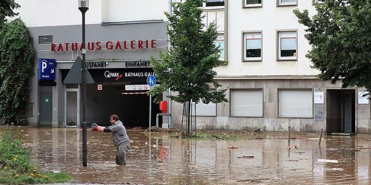 FLOM I TYSKLAND I JULI. (Foto: Flood damage (July 2021) at the corner of Rathausstrasse / Potthofstrasse in Hagen - (CC BY-SA 4.0)).