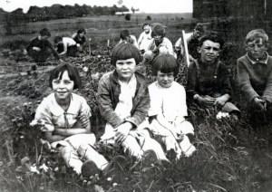 Seeleys Sch Doing the garden 1927 SF12#8