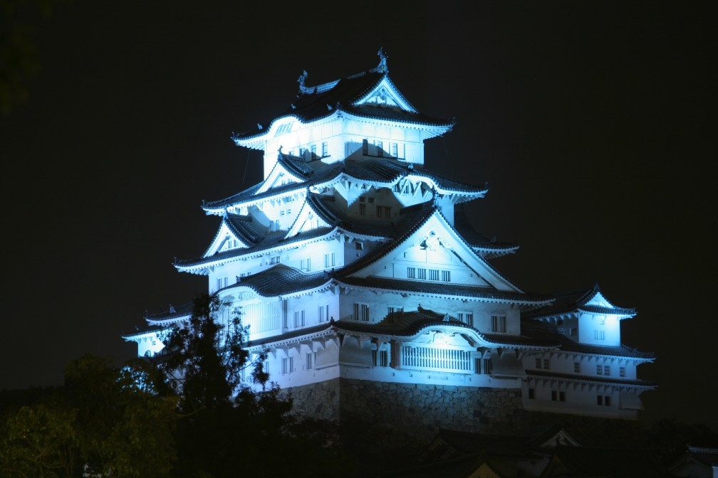 Blue_Himeji_Castle_at_night_09