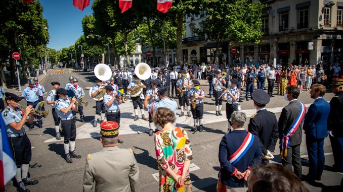 Autorités civiles et militaires rendent hommage aux soignants en cette année 2020 à Lyon