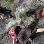 Schwieriger Aufstieg auf dem Weg zum Wasserfall