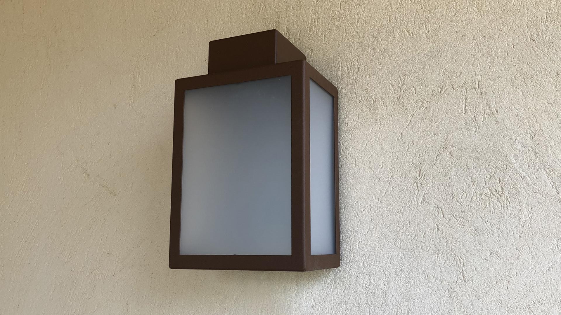 L'applique extérieure LED AP 030, applique murale design LYX Luminaires fabriquée en acier rouille Corten ou gris anthracite est équipée d'une source LED basse consommation performante. Cette applique extérieure puissante fait partie avec les appliques murales solaires LYX Luminaires de la vaste collection de lampes murales extérieures LYX Luminaires. L' applique extérieure AP 030 est idéale pour l'éclairage de pilier, l'éclairage de portail, l'éclairage d'entrée, l'éclairage de terrasses, l'éclairage de balcons. Une lampe murale design pour un éclairage moderne. / Lampe extérieure jardin pour un éclairage extérieur design. Version lampe solaire jardin ou lampe jardin LED. Cette lampe de jardin ou lampe terrasse est une lampe de jardin avec détecteur. Fabriquée en acier, la lampe jardin détecteur permet un éclairage solaire ou un éclairage LED puissant selon le modèle choisi. Découvrez la collection de luminaires extérieurs constituée de lampes solaires et lampes LED. Vaste collection d'appliques extérieures / appliques murales : applique murale extérieure solaire, applique murale LED, applique extérieure design. Les appliques extérieures murales sont de fabrication française. Lampe solaire idéale pour l'éclairage de terrasses, de jardin. Lampe solaire terrasse, lampe extérieure terrasse permettant un éclairage performant. La lampe extérieure est équipée d'un détecteur de présence. Le luminaire extérieur doté d'un détecteur de mouvement, éclaire au passage d'une personne d'une voiture. Lampe extérieure détecteur puissante et efficace, au design épuré et moderne. Cette applique extérieure fait partie de la vaste collection d'appliques murales extérieures composée d'appliques murales LED et appliques murales solaires. Lampe murale LED fabriquée en acier comme toutes nos lampes murales (lampe murale LED et lampe solaire murale). Cette lampe murale extérieure diffuse un éclairage puissant. C'est une applique murale design équipée d'un détecteur de présence / lampe détec