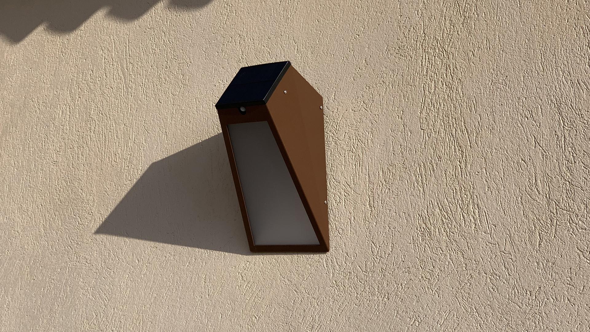 L' applique solaire extérieure APS 025 LYX Luminaires est fabriquée en acier rouille Corten. Cette applique murale solaire puissante d'extérieur est équipée d'un capteur solaire performant. Cette lampe solaire extérieure murale fait partie avec les appliques murales LED basse consommation LYX Luminaires de la vaste collection d' appliques murales extérieures LYX Luminaires. L'applique murale design APS 025 est idéale pour l'éclairage de piliers, l'éclairage de portail, l'éclairage de façade, l'éclairage d'entrée, l'éclairage de terrasses, l'éclairage de balcons. Une applique solaire extérieure design pour un éclairage mural moderne et un éclairage mural puissant.