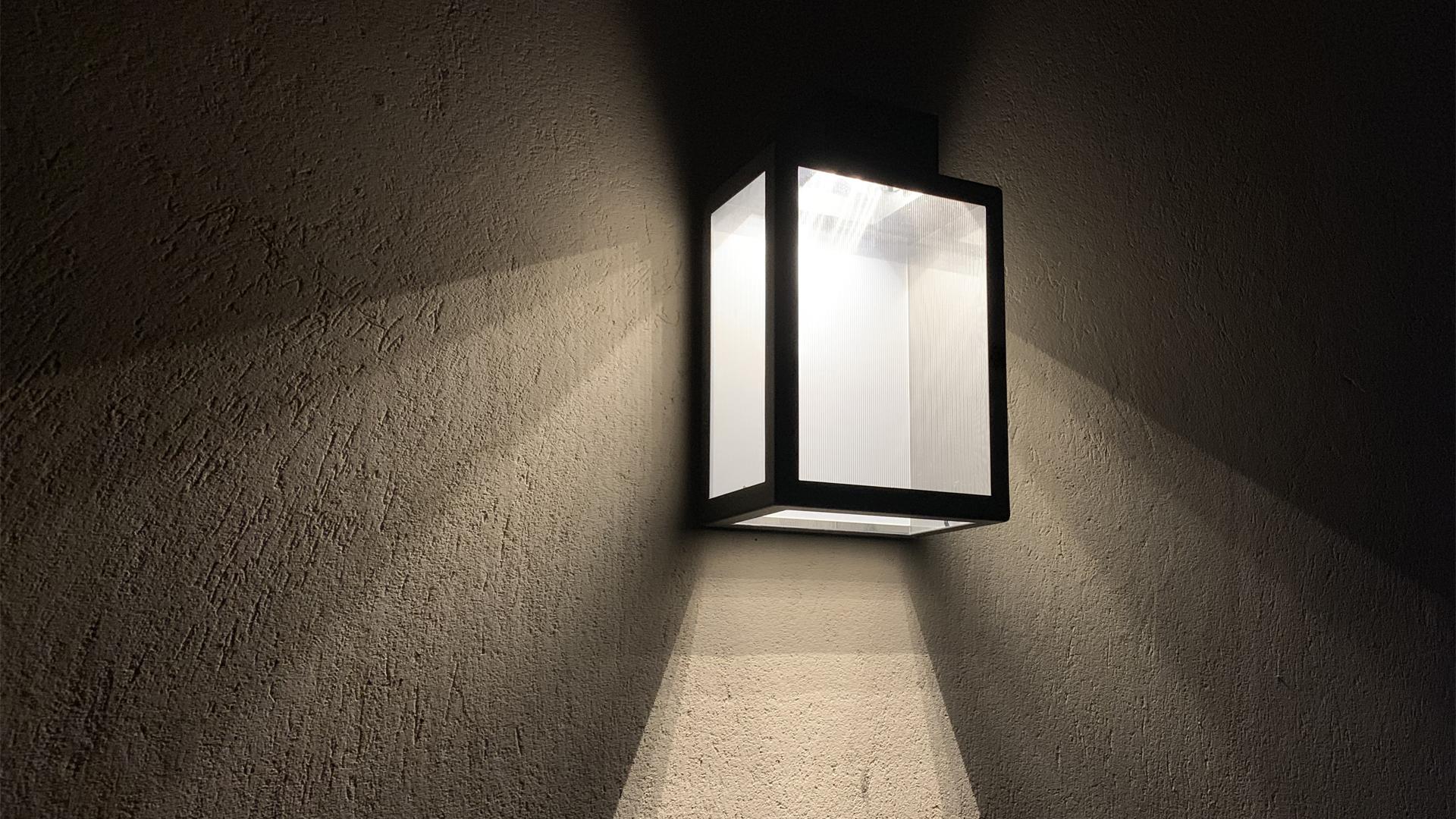 L'applique extérieure solaire APS 030 LYX Luminaires est fabriquée en acier rouille Corten. Cette applique extérieure solaire puissante est équipée d'un capteur solaire performant. Cette lampe extérieure murale solaire fait partie avec les appliques murales LED basse consommation LYX Luminaires de la vaste collection d' appliques murales extérieures LYX Luminaires. L'applique murale design APS 030 est idéale pour l'éclairage de piliers, l'éclairage de portail, l'éclairage de façade, l'éclairage d'entrée, l'éclairage de terrasses, l'éclairage de balcons. Une applique extérieure solaire design pour un éclairage mural moderne et un éclairage mural puissant. / Lampe extérieure jardin pour un éclairage extérieur design. Version lampe solaire jardin ou lampe jardin LED. Cette lampe de jardin ou lampe terrasse est une lampe de jardin avec détecteur. Fabriquée en acier, la lampe jardin détecteur permet un éclairage solaire ou un éclairage LED puissant selon le modèle choisi. Découvrez la collection de luminaires extérieurs constituée de lampes solaires et lampes LED. Vaste collection d'appliques extérieures / appliques murales : applique murale extérieure solaire, applique murale LED, applique extérieure design. Les appliques extérieures murales sont de fabrication française. Lampe solaire idéale pour l'éclairage de terrasses, de jardin. Lampe solaire terrasse, lampe extérieure terrasse permettant un éclairage performant. La lampe extérieure est équipée d'un détecteur de présence. Le luminaire extérieur doté d'un détecteur de mouvement, éclaire au passage d'une personne d'une voiture. Lampe extérieure détecteur puissante et efficace, au design épuré et moderne. Cette applique extérieure fait partie de la vaste collection d'appliques murales extérieures composée d'appliques murales LED et appliques murales solaires. Lampe murale LED fabriquée en acier comme toutes nos lampes murales (lampe murale LED et lampe solaire murale). Cette lampe murale extérieure diffuse un éclairag