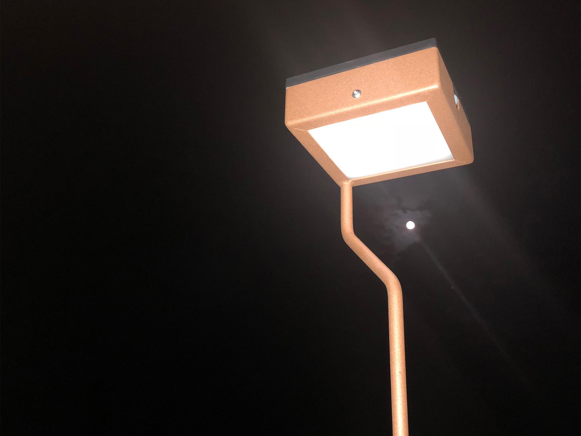 La borne extérieure solaire TEE XL est une lampe extérieure solaire éditée par LYX Luminaires fabriquée en acier inoxydable. Cette borne extérieure solaire permet un éclairage performant et un éclairage puissant. Le luminaire solaire extérieur TEE XL dispose d'un capteur solaire performant. TEE XL est une lampe autonome solaire idéale pour l'éclairage d'entrée, l'éclairage de terrasses, l'éclairage de jardins. Le luminaire d'extérieur solaire TEE XL est également équipé d'un détecteur de mouvement / détecteur de présence. Les luminaires extérieurs solaires LYX Luminaires offrent un éclairage design un éclairage original et un éclairage moderne. / Lampe extérieure jardin pour un éclairage extérieur design. Version lampe solaire jardin ou lampe jardin LED. Cette lampe de jardin ou lampe terrasse est une lampe de jardin avec détecteur. Fabriquée en acier, la lampe jardin détecteur permet un éclairage solaire ou un éclairage LED puissant selon le modèle choisi. Découvrez la collection de luminaires extérieurs constituée de lampes solaires et lampes LED. Vaste collection d'appliques extérieures / appliques murales : applique murale extérieure solaire, applique murale LED, applique extérieure design. Les appliques extérieures murales sont de fabrication française. Lampe solaire idéale pour l'éclairage de terrasses, de jardin. Lampe solaire terrasse, lampe extérieure terrasse permettant un éclairage performant. La lampe extérieure est équipée d'un détecteur de présence. Le luminaire extérieur doté d'un détecteur de mouvement, éclaire au passage d'une personne d'une voiture. Lampe extérieure détecteur puissante et efficace, au design épuré et moderne.
