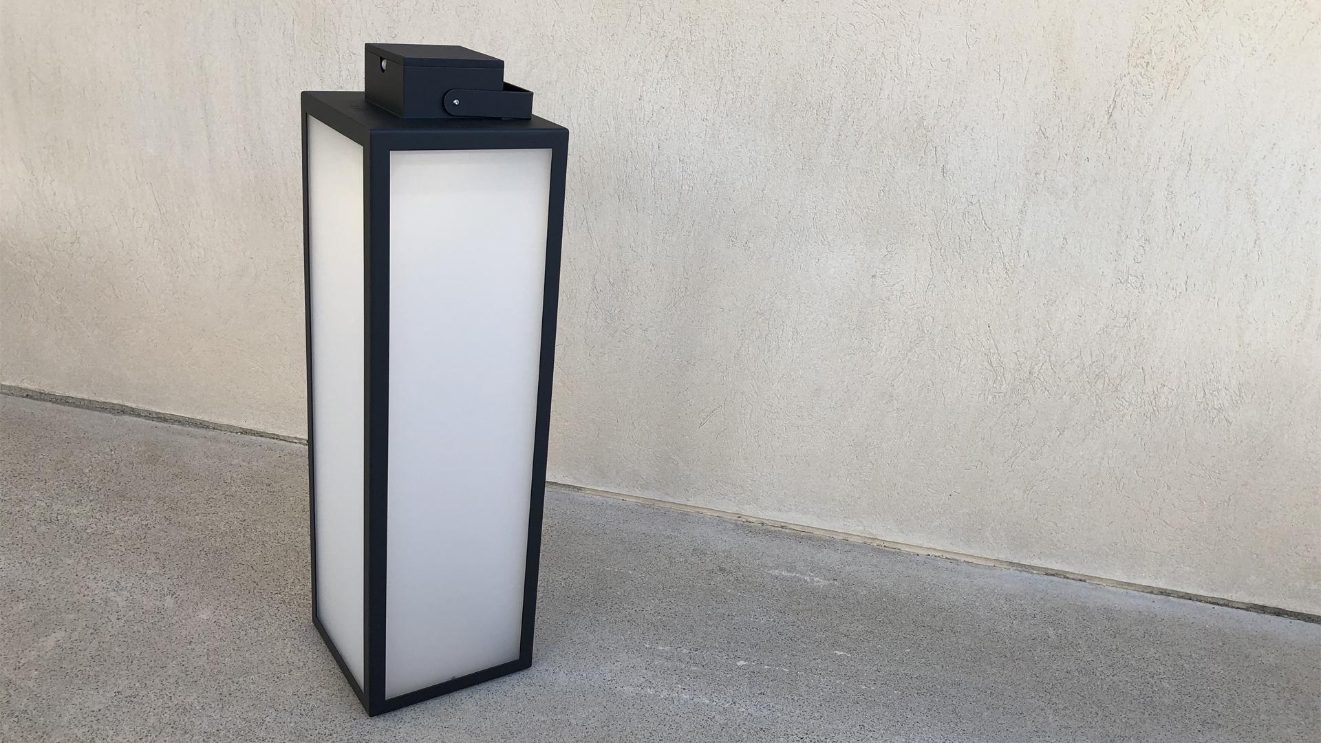 La lampe solaire extérieure LAS 900 est une lanterne solaire extérieure, elle compose avec les autres lampes solaires extérieures LAS, la collection des lanternes solaires extérieures LYX Luminaires. Cette lampe solaire extérieure est fabriquée en acier inoxydable. Cette lanterne solaire extérieure est une lampe autonome, équipée d'un détecteur de présence / détecteur de mouvement. La lampe extérieure solaire LAS 900 est idéale pour l'éclairage de jardin, l'éclairage de terrasses, l'éclairage de balcon. Lanterne solaire extérieure design et lampe extérieure puissante pour un éclairage moderne. / Lampe extérieure jardin pour un éclairage extérieur design. Version lampe solaire jardin ou lampe jardin LED. Cette lampe de jardin ou lampe terrasse est une lampe de jardin avec détecteur. Fabriquée en acier, la lampe jardin détecteur permet un éclairage solaire ou un éclairage LED puissant selon le modèle choisi. Découvrez la collection de luminaires extérieurs constituée de lampes solaires et lampes LED. Vaste collection d'appliques extérieures / appliques murales : applique murale extérieure solaire, applique murale LED, applique extérieure design. Les appliques extérieures murales sont de fabrication française. Lampe solaire idéale pour l'éclairage de terrasses, de jardin. Lampe solaire terrasse, lampe extérieure terrasse permettant un éclairage performant. La lampe extérieure est équipée d'un détecteur de présence. Le luminaire extérieur doté d'un détecteur de mouvement, éclaire au passage d'une personne d'une voiture. Lampe extérieure détecteur puissante et efficace, au design épuré et moderne.