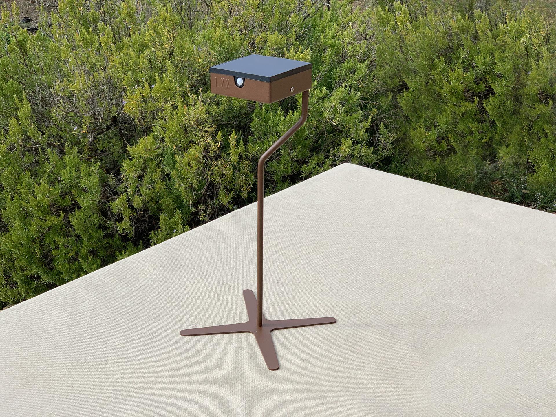 La lampe solaire TEE est déclinée en chandelier solaire et rejoint la collection des lanternes solaires extérieures LYX Luminaires. Cette lampe de table originale est fabriquée en acier inoxydable, couleur rouille Corten ou gris anthracite. Cette lanterne solaire d'extérieur est une lampe autonome, équipée d'un détecteur de présence. La lampe solaire TEE est idéale pour l'éclairage de table. Lampe extérieure design pour un éclairage moderne. Comme toutes les lampes extérieures solaires LYX Luminaires, la lanterne solaire TEE déclinée en chandelier solaire est de conception et de fabrication française. / Lampe extérieure jardin pour un éclairage extérieur design. Version lampe solaire jardin ou lampe jardin LED. Cette lampe de jardin ou lampe terrasse est une lampe de jardin avec détecteur. Fabriquée en acier, la lampe jardin détecteur permet un éclairage solaire ou un éclairage LED puissant selon le modèle choisi. Découvrez la collection de luminaires extérieurs constituée de lampes solaires et lampes LED. Vaste collection d'appliques extérieures / appliques murales : applique murale extérieure solaire, applique murale LED, applique extérieure design. Les appliques extérieures murales sont de fabrication française. Lampe solaire idéale pour l'éclairage de terrasses, de jardin. Lampe solaire terrasse, lampe extérieure terrasse permettant un éclairage performant. La lampe extérieure est équipée d'un détecteur de présence. Le luminaire extérieur doté d'un détecteur de mouvement, éclaire au passage d'une personne d'une voiture. Lampe extérieure détecteur puissante et efficace, au design épuré et moderne.