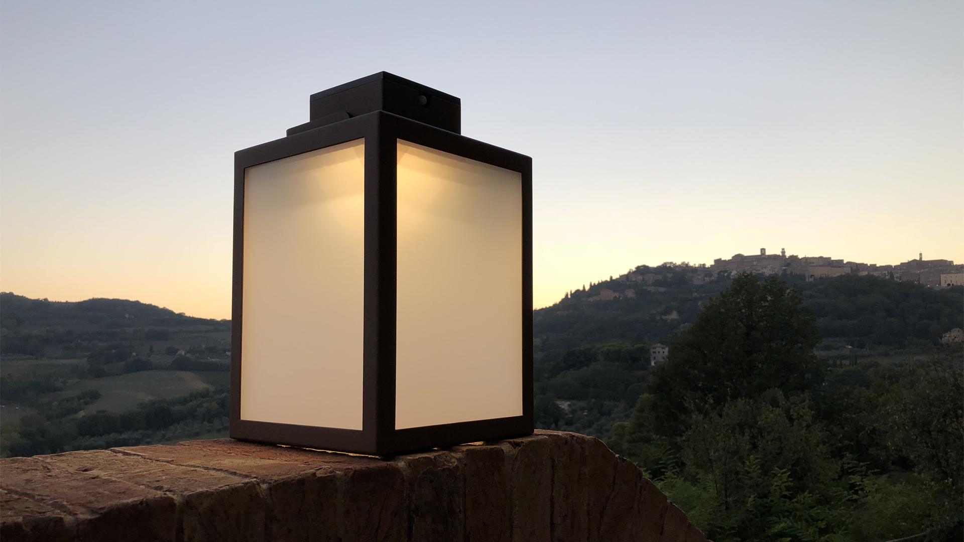 Les lanternes solaires extérieures LYX Luminaires sont fabriquées en acier inoxydable, disponible en quatre dimensions, en acier rouille Corten ou gris anthracite. Ces lampes d'extérieur solaires sont des lampes autonomes, toutes équipées d'un détecteur de présence. La lanterne solaire LAS est idéale pour l'éclairage de jardin, l'éclairage de terrasses, l'éclairage de balcons. Luminaires solaires design pour un éclairage moderne. / Lampe extérieure jardin pour un éclairage extérieur design. Version lampe solaire jardin ou lampe jardin LED. Cette lampe de jardin ou lampe terrasse est une lampe de jardin avec détecteur. Fabriquée en acier, la lampe jardin détecteur permet un éclairage solaire ou un éclairage LED puissant selon le modèle choisi. Découvrez la collection de luminaires extérieurs constituée de lampes solaires et lampes LED. Vaste collection d'appliques extérieures / appliques murales : applique murale extérieure solaire, applique murale LED, applique extérieure design. Les appliques extérieures murales sont de fabrication française. Lampe solaire idéale pour l'éclairage de terrasses, de jardin. Lampe solaire terrasse, lampe extérieure terrasse permettant un éclairage performant. La lampe extérieure est équipée d'un détecteur de présence. Le luminaire extérieur doté d'un détecteur de mouvement, éclaire au passage d'une personne d'une voiture. Lampe extérieure détecteur puissante et efficace, au design épuré et moderne.