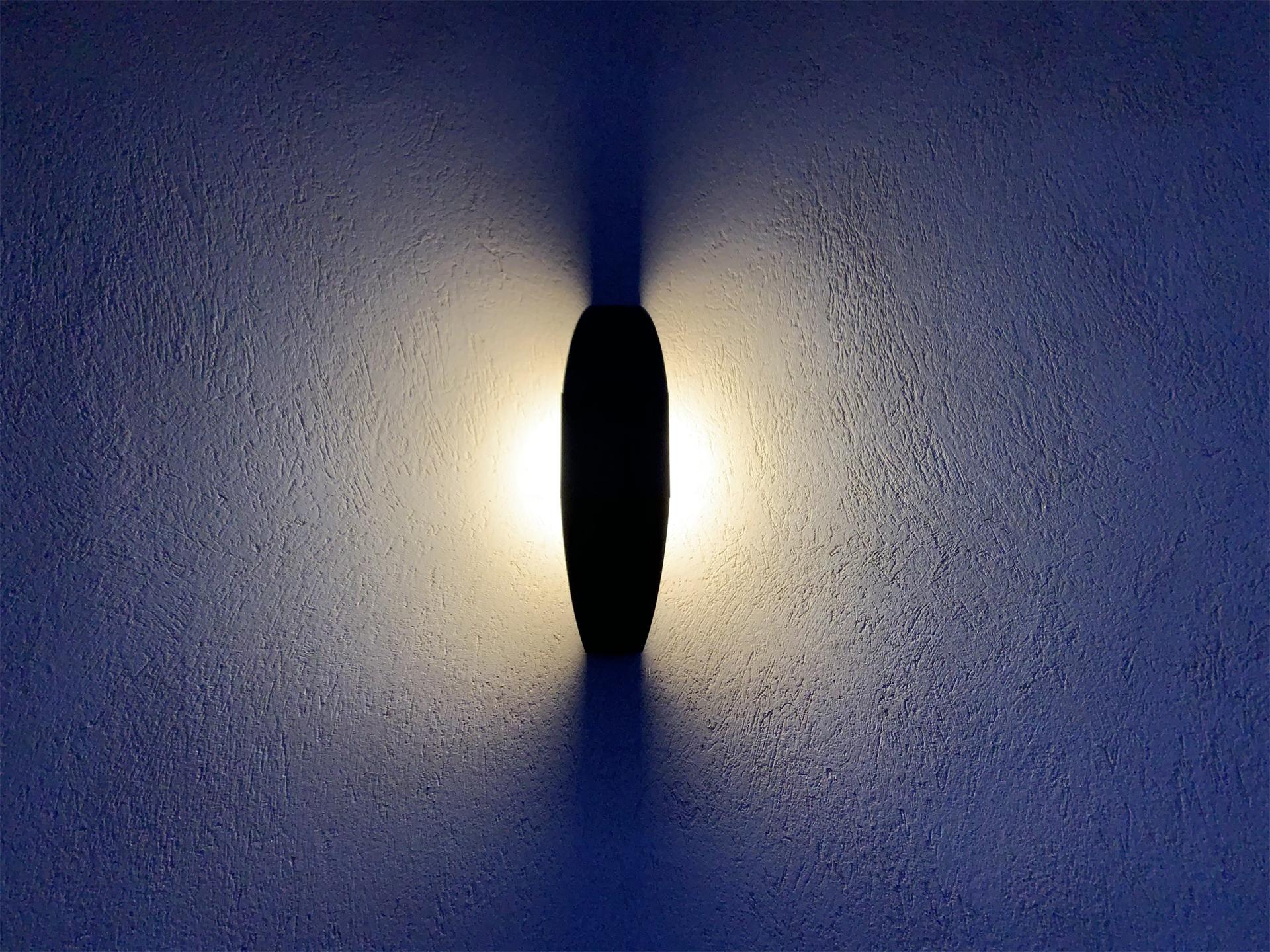 L'applique extérieur solaire Trait de Lune est une lampe extérieur murale solaire éditée par LYX Luminaires fabriquée en acier. Cette applique extérieur puissante permet un éclairage performant et un éclairage unique grâce à son design original. L'applique solaire murale Trait de Lune dispose d'un capteur solaire performant. L'applique extérieur design Trait de Lune est idéale pour l'éclairage de façade, l'éclairage mural, l'éclairage d'entrée, l'éclairage de terrasse, l'éclairage de balcon. Les lampes d'extérieur solaires murales LYX Luminaires offrent un éclairage design un éclairage original et un éclairage moderne. La lampe d'extérieur murale solaire Trait de Lune est déclinée en borne d'extérieur LED, en spot LED, en applique murale LED et en borne extérieure solaire. Les lampes extérieures murales LYX Luminaires offrent un éclairage moderne. / The Trait de Lune solar outdoor wall lamp is a solar wall lamp edited by LYX Luminaires made of steel. This powerful outdoor wall light provides high performance and unique lighting thanks to its original design. The Trait de Lune solar wall lamp has a high-performance solar collector. The Trait de Lune design outdoor wall light is ideal for facade lighting, wall lighting, entrance lighting, terrace lighting, balcony lighting. LYX Luminaires solar wall outdoor wall lights offer design lighting, original lighting and modern lighting. The Trait de Lune solar wall outdoor wall lamp is available as LED outdoor pathway light, LED spotlight, LED wall light and solar outdoor pathway light. LYX Luminaires outdoor wall lights offer modern lighting. / Lampe extérieure jardin pour un éclairage extérieur design. Version lampe solaire jardin ou lampe jardin LED. Cette lampe de jardin ou lampe terrasse est une lampe de jardin avec détecteur. Fabriquée en acier, la lampe jardin détecteur permet un éclairage solaire ou un éclairage LED puissant selon le modèle choisi. Découvrez la collection de luminaires extérieurs constituée de lampes