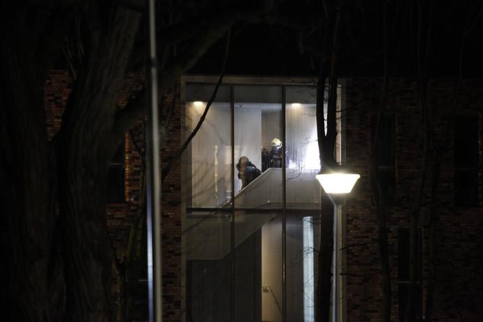 ( صور ) لاجئ يفتعل حريقاً في غرفته .. و يرمي فرق الإطفاء بأشياء تحترق من النافذة !